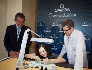 Accompanied with the President of OMEGA, Stephen Urquhart and the watchmaker, Zhang Ziyi enjoyed the watch-making in the OMEGA SOGO Flagship Store.