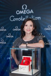 Zhang Ziyi showed the new Constellation 2009 watch autographed by herself in OMEGA SOGO Flagship Store.