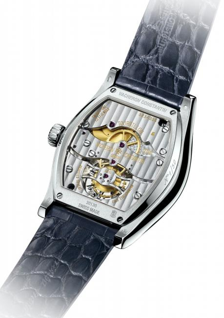 This tonneau-shaped movement perfectly tailored to the case is entirely developed and crafted within the Manufacture.