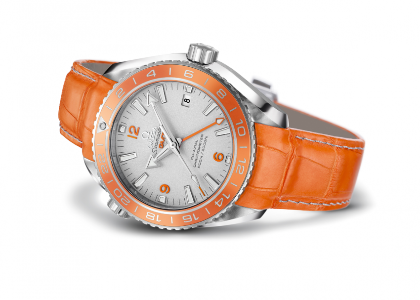 The 43.5 mm brushed and polished case on the OMEGA Seamaster Planet Ocean Orange Ceramic is made from the noble 950-grade platinum.
