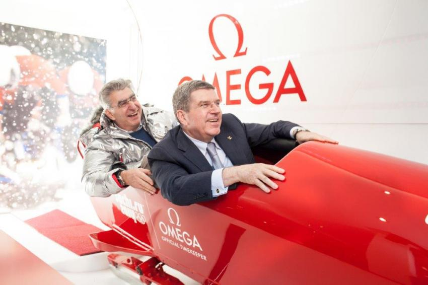 Nick Hayek and Thomas Bach in the bobsleigh simulator.