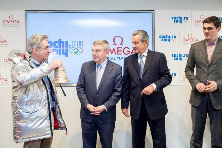 """Nick Hayek presents Thomas Bach with a """"final lap bell"""""""
