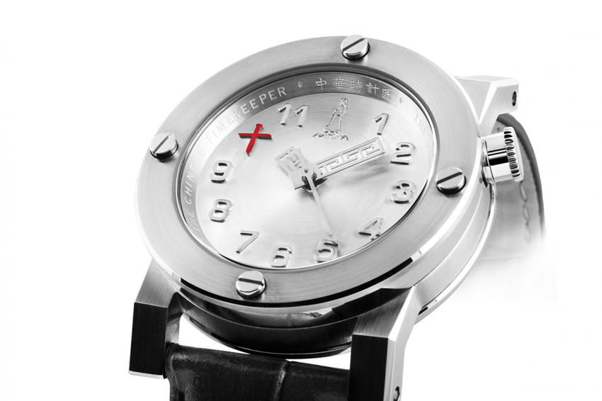 On the CTK101 – Three Hands Automatic, the Chinese character 10 in red coupled with the distinctive shape of the hands are as many elements reminding the wearer of the Chinese origins of this timepiece.