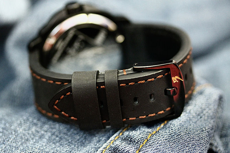 Cobra 3 comes with a thick and soft crazy-horse high quality Italian leather band.