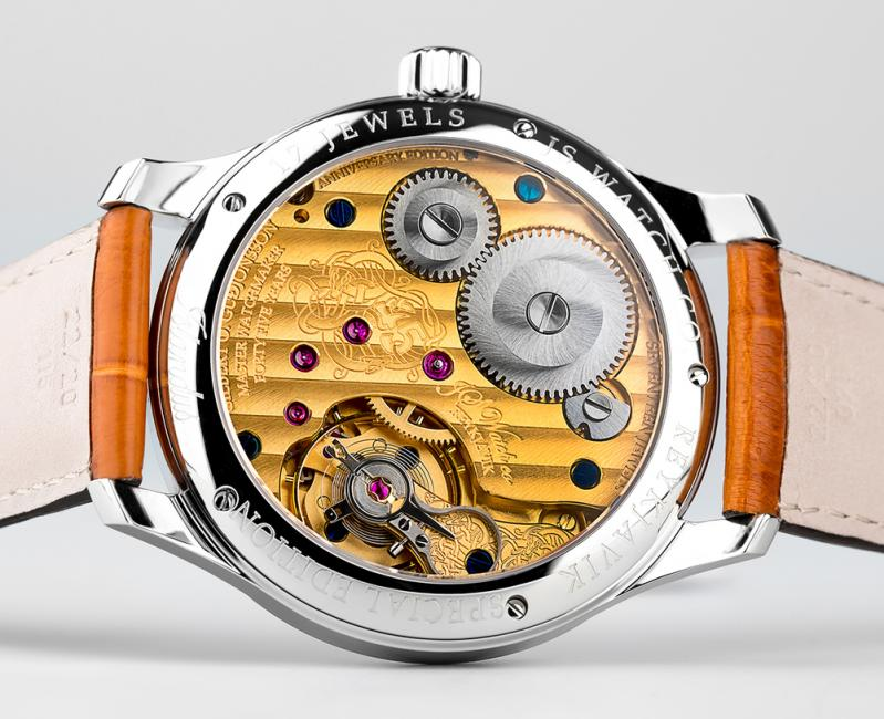 The decorated hand-wound movement of the Islandus 45 is visible thanks to the see-through sapphire crystal back.