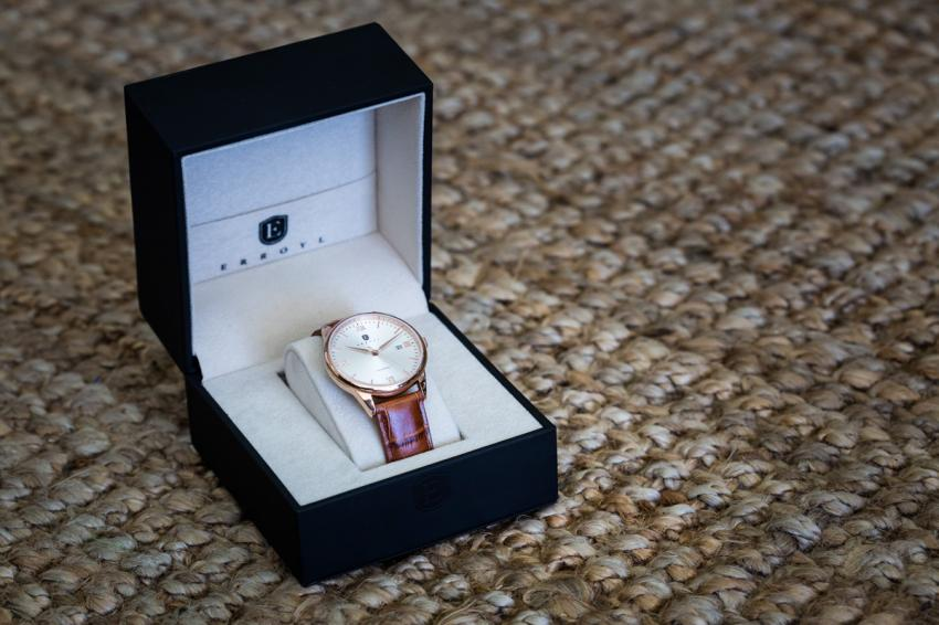 The packaging seems to be up to par with the rest of the watch: simple, elegant and efficient.