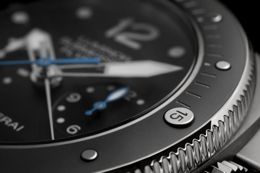 The bezel of the Panerai Luminor Submersible 1950 3 Days Chrono Flyback Automatic Titanio - 47mm PAM00615