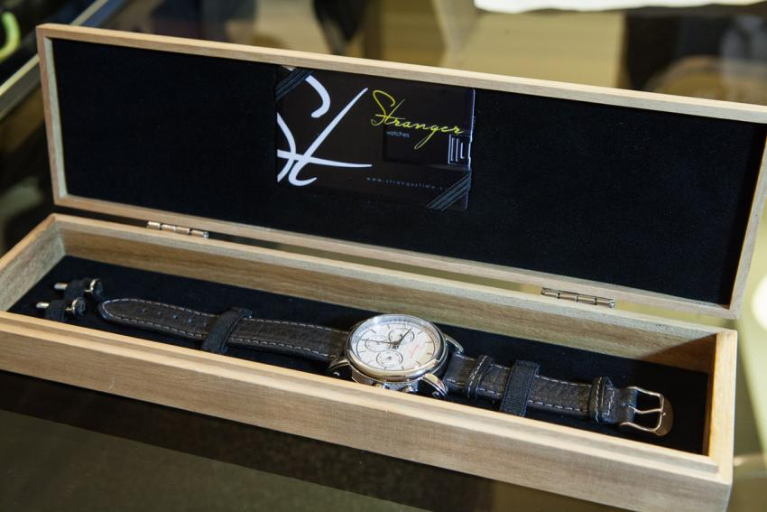The Stranger Box contains: one watch, one pair of cufflinks, one USB card with the certificate of authenticity, catalog and warranty, a handwritten note from the Stranger Team.