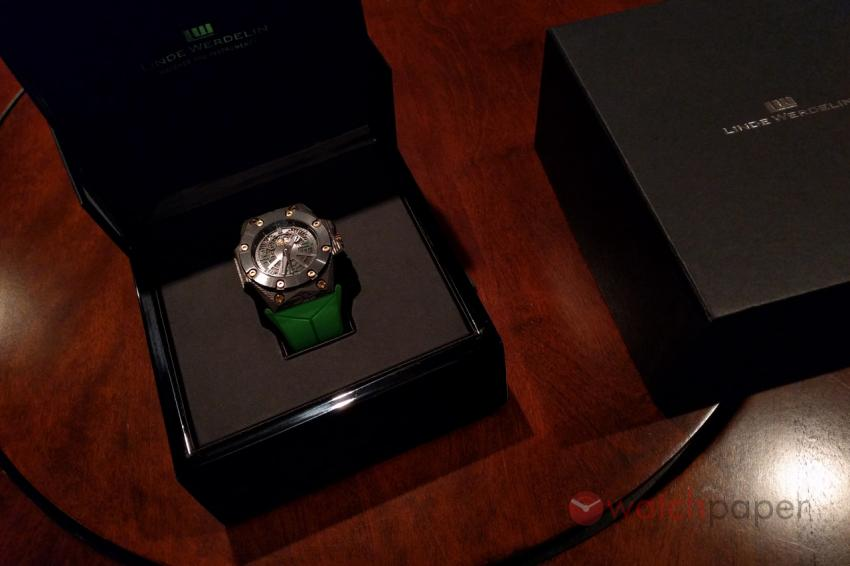The Linde Werdelin Double Date Carbon - Green in its box