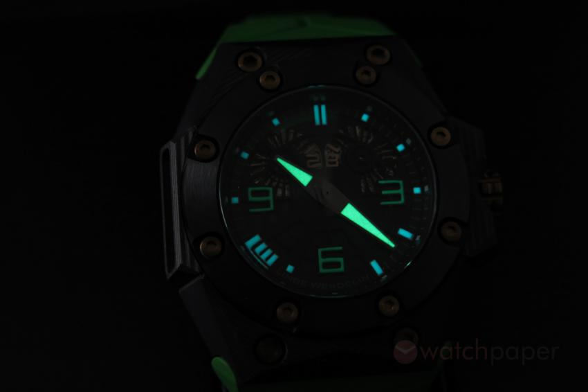 The Linde Werdelin Double Date Carbon - Green shining in the dark