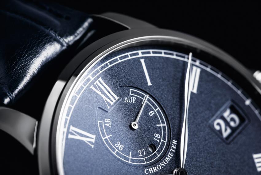 A closer look at the Senator Chronometer dial
